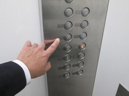 「非正規社員はエレベーター使用禁止」にツッコミ相次ぐ 「江戸時代かよ」「正社員は貴族なのか」