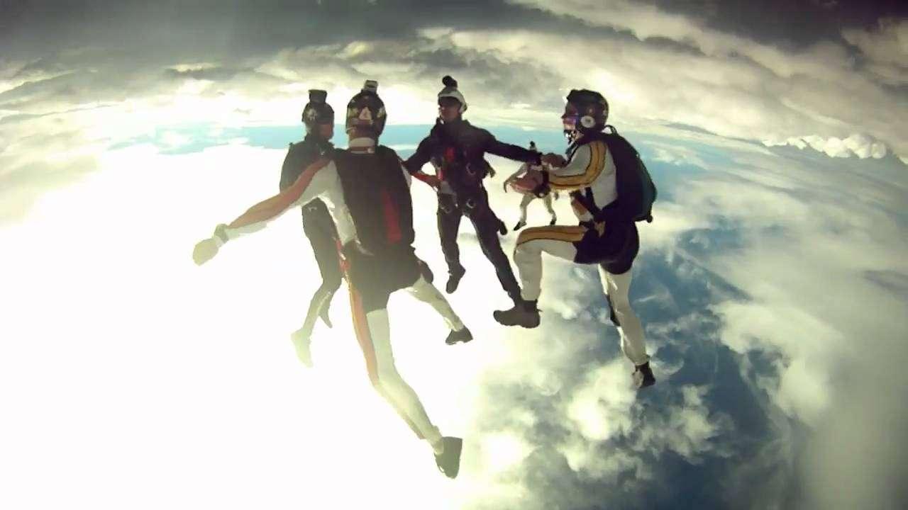 ほぼ宇宙からスカイダイビングする動画が美しすぎる!! - YouTube