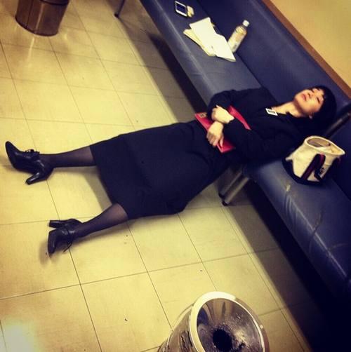 """お疲れ大島優子が""""土下座寝""""""""ごめん寝"""""""
