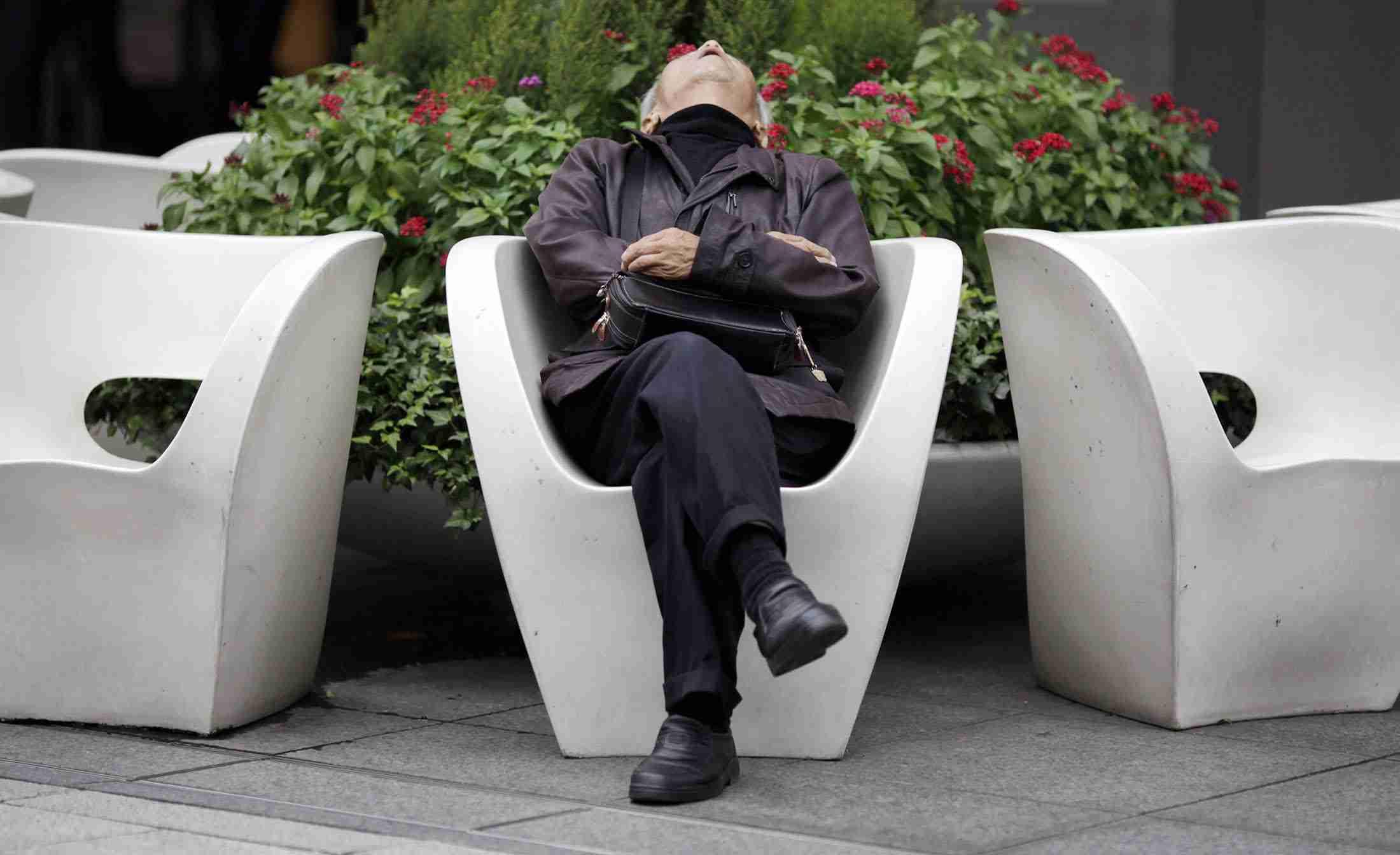 寝不足がもたらす膨大な経済損失、頭痛だけでなく生産性の低下も - Bloomberg