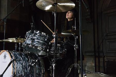 シシド・カフカ、海外初パフォーマンス!NYで圧巻ドラム演奏披露