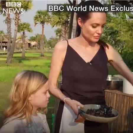 アンジェリーナ・ジョリーが自分の子供たちに蜘蛛やコオロギの食べ方を実演