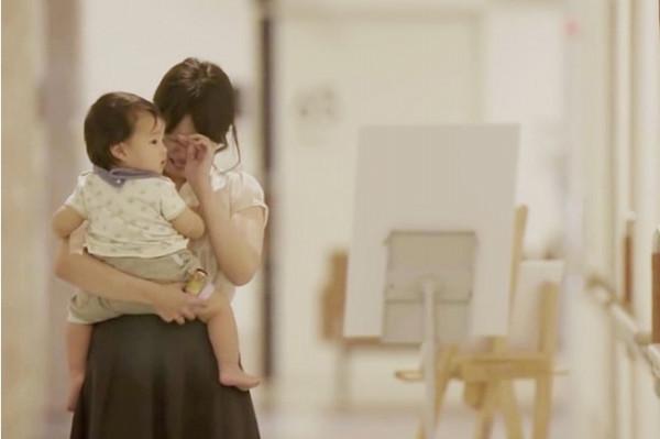 初めての育児に不安だらけだった1年。1歳児検診の帰りにパパがママに贈った感謝のサプライズ - Spotlight (スポットライト)