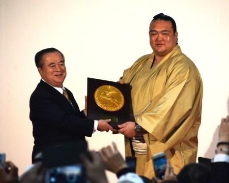 <稀勢の里>茨城県民栄誉賞を受賞「精進してまいります」 (毎日新聞) - Yahoo!ニュース