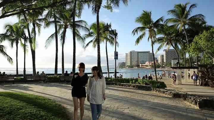 小嶋陽菜、峯岸みなみとハワイへ卒業旅行 人生のヒントを探す