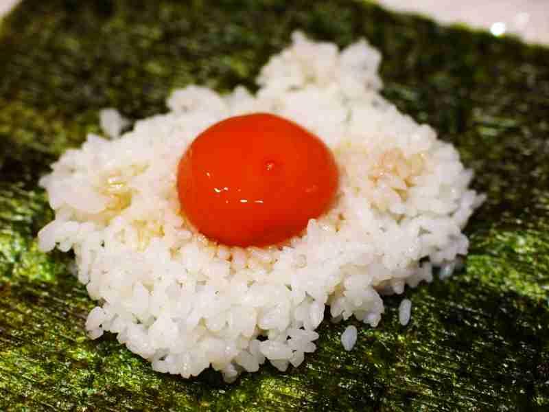 グルメメディアが紹介した「冷凍卵でもちもち濃厚!たまごかけおにぎらず」がヤバイと話題 「菌が繁殖し食中毒になる」