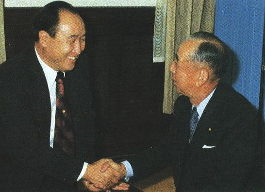 岸信介元首相、統一教会本部で文鮮明師と会談