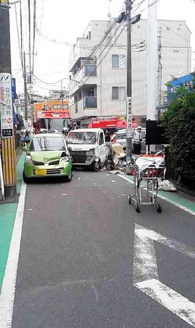 登校の列に車、小1男児が死亡 横浜、児童8人けが