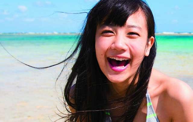 真夏の海をバックに楽しそうに大笑いする清水富美加