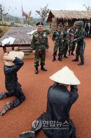 ライタイハン・・・韓国にはベトナム人虐殺を体験できるテーマパークが存在する。 ベトナム人の耳を斬って作ったと言われる首飾りをする韓国兵 : まとめ安倍速報