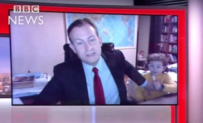 真面目なニュースが台無し!?生中継のインタビュー中に子供が乱入、面白すぎる展開に