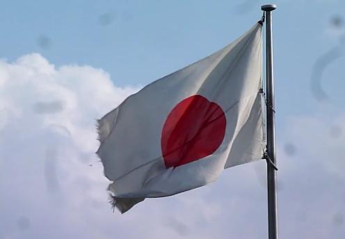 大きな穴が開いた日章旗を掲揚 国の機関が入居する横浜第2港湾合同庁舎