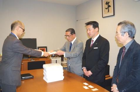 退職者連合「秘密保護法」廃止求める2,617団体の署名簿を首相官 邸に手渡す | 主な活動 | 日本退職者連合(退職者連合)
