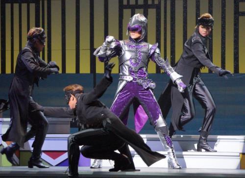 宝塚の舞台に謎の特撮ヒーローが参戦! 花組スター・芹香斗亜がアクション披露 : スポーツ報知