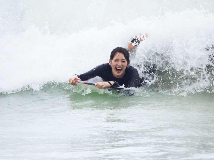 綾瀬はるか 写真集発売「野生児に戻れた」 ハワイの休日でセクシー水着ショット、ボディボードも