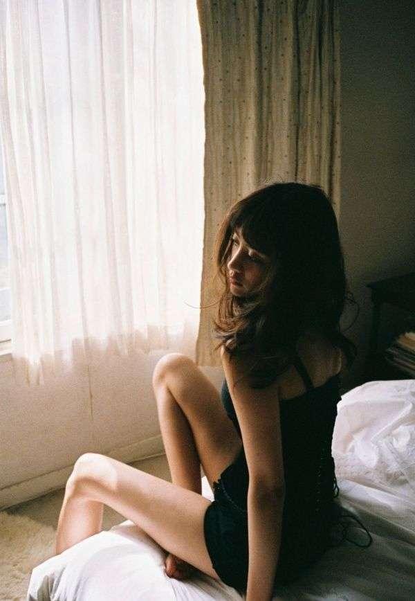 山本美月、胸元&美脚大胆ショットで大人の色気…赤裸々な恋愛観も初告白