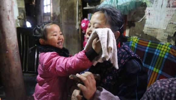 たった一人でおばあさんとひいおばあさんのお世話と家事をする5歳の少女(中国) : カラパイア