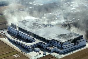 アスクル火災、フォークリフトが原因か。作業員「タイヤが段ボールの上で空回りし、後輪の方から煙が出た」
