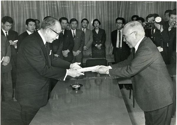 昔も酷い!東京都知事:美濃部亮吉、金日成と2回も会談!朝鮮大学を認可、固定資産税の減免に貢献 | テレビじゃ流さないニュース