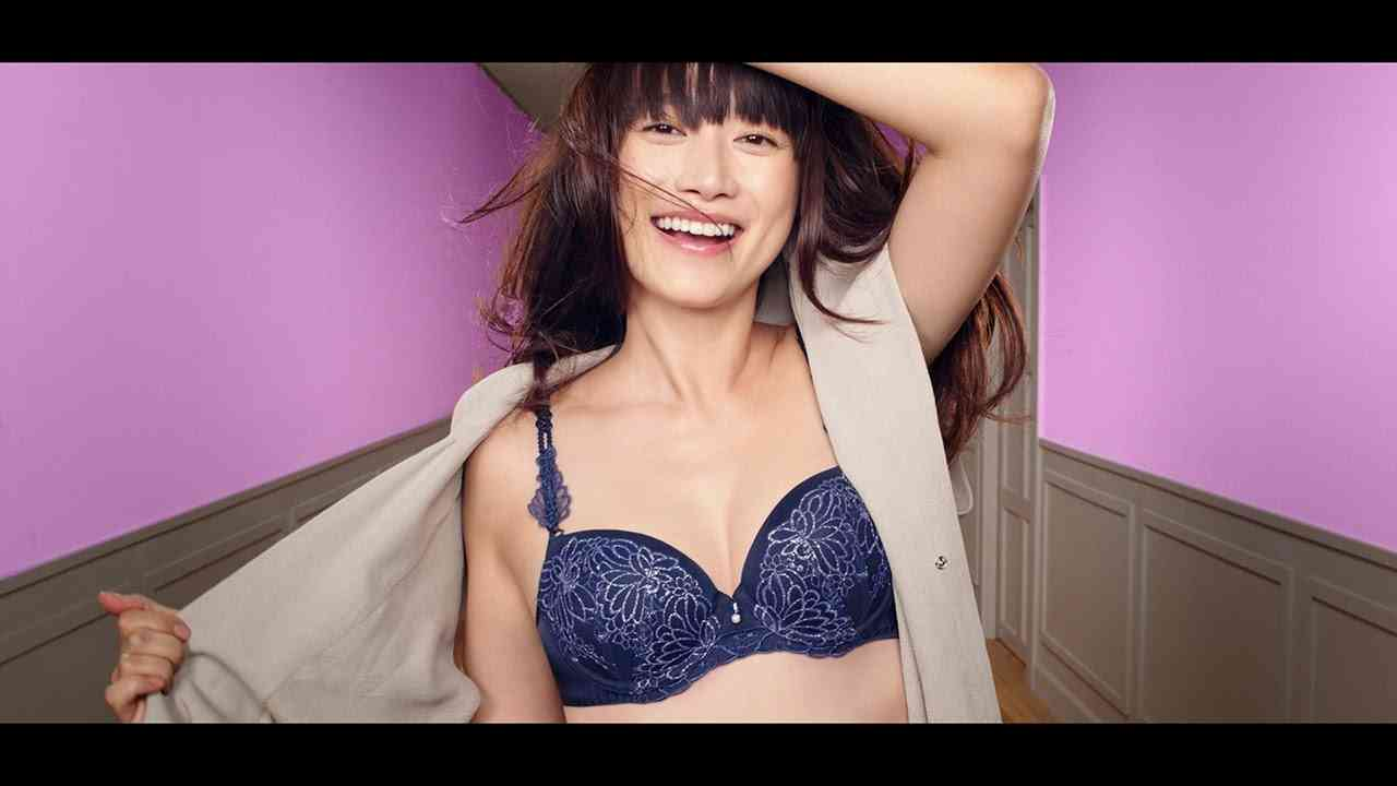ヨンア、産後初CMでランジェリー姿 出産後1カ月半の美胸を披露 - YouTube