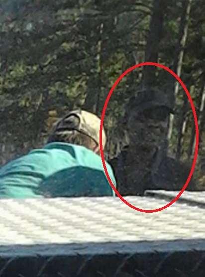 【心霊?】自撮りした13歳少女の背後に微笑む謎の人物 母親がFacebookに投稿