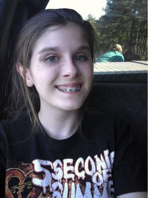 自撮りした13歳少女の背後に微笑む謎の人物 母親がFacebookに投稿 - ライブドアニュース