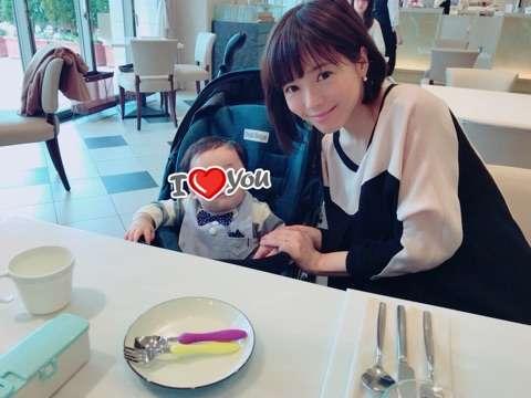 釈由美子、結婚1周年で家族3ショット 桜の花に「あの日の記憶が一瞬で蘇りました」