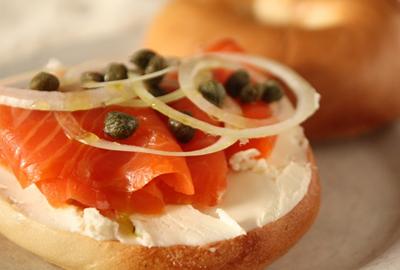 「ドーナツなどに比べて健康的」朝からスシ、NYで新たなブームとなるか