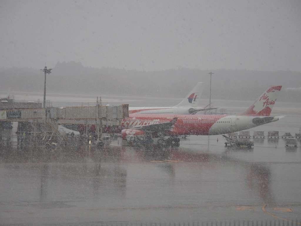 成田空港でみぞれ 「雪積もってるよ!」続々投稿される