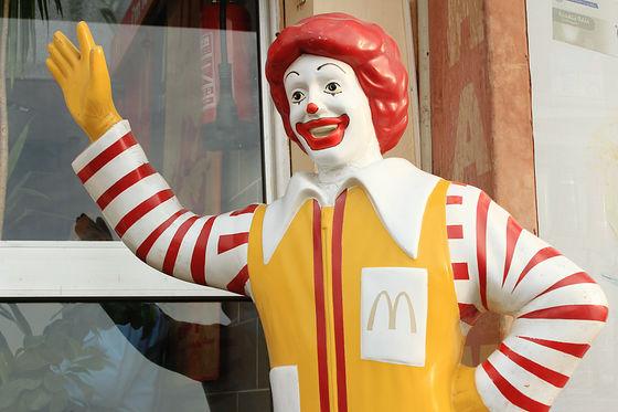 マクドナルドの店頭にいるドナルドの顔は国による違いがある - GIGAZINE