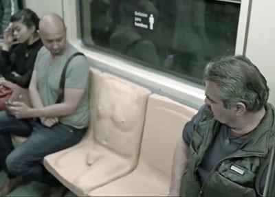 【下ネタ注意】メキシコの地下鉄に「ペニス付き座席」登場! そこに隠されたメッセージとは…。