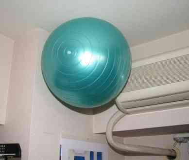 まさに天才の発想 かさばりがちなバランスボールの超かしこい収納方法にネット騒然