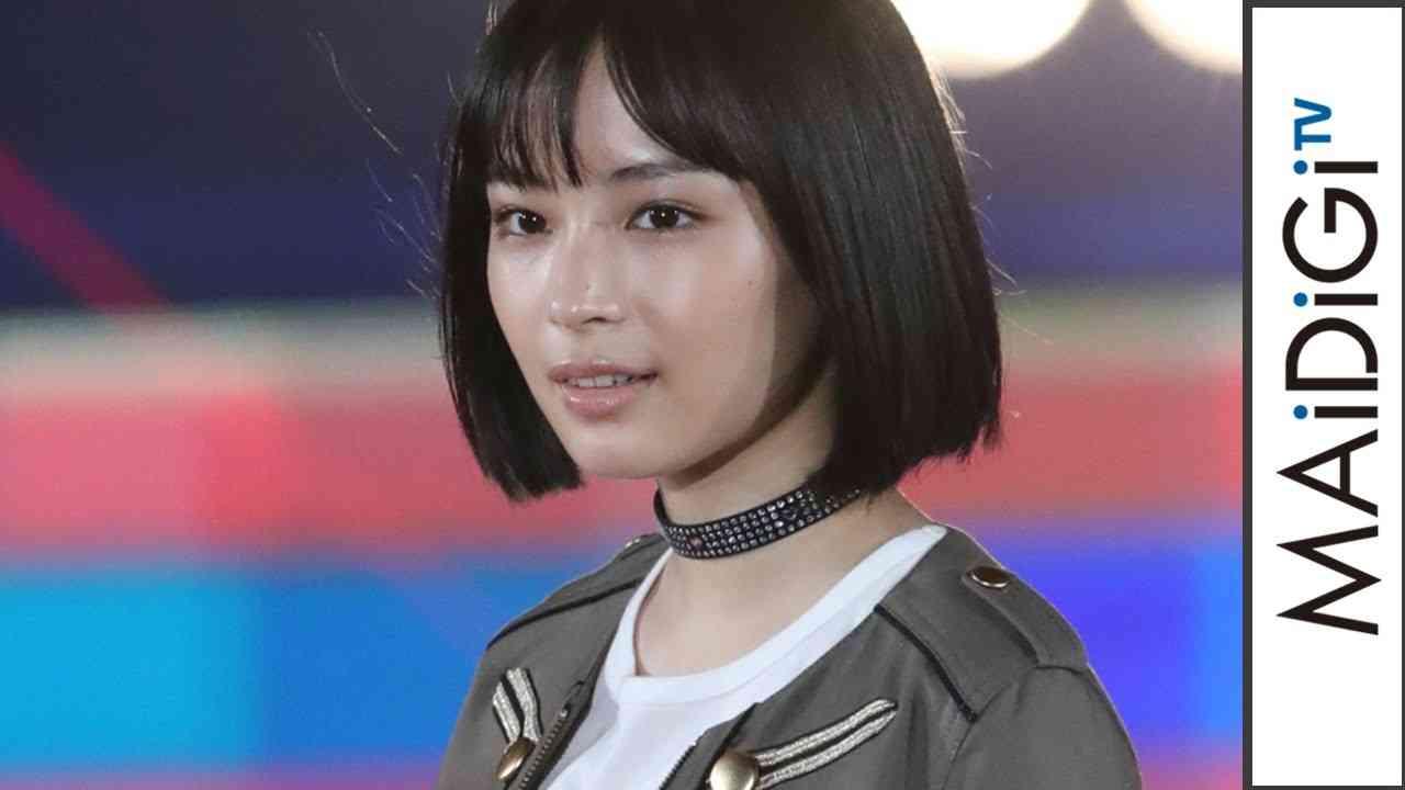 広瀬すず、ミニスカで「ガールズアワード」トップバッター 「ガールズアワード2016 A/W」 #Suzu Hirose #Girls Award - YouTube