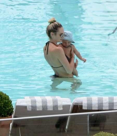新米ママのヴィクシーモデル・キャンディス・スワネポール、息子とのプール遊びで産後美ボディを披露