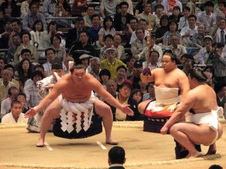 相撲スクワットの効果とやり方を徹底解説!四股を踏む筋トレでヒップアップと太ももの引き締めを! | 筋トレぴろっきー《筋肉やトレーニング情報満載ブログ!》