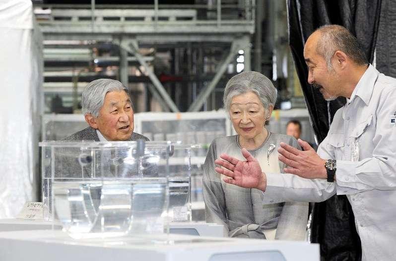天皇、皇后両陛下:ウナギ養殖研究を視察 - 毎日新聞
