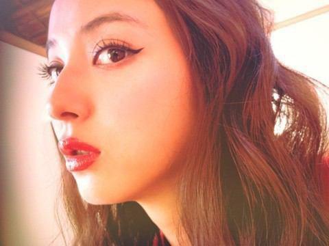 佐々木希は「下からの自撮り」でもこんなに美しい!