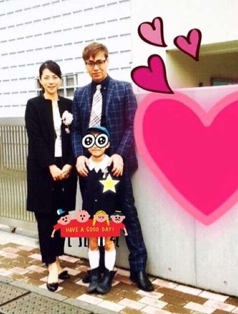 IZAM、次男の卒園式で家族写真を公開 「必ず夫婦揃って参加します」