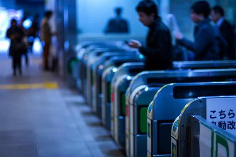 子どもの改札通過を親に通知 JR東日本が2017年秋目標に「改札通過通知サービス」開始