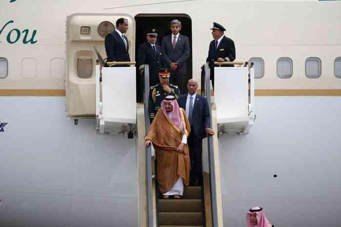 【写真特集】超豪華!サウジのサルマン国王、飛行機乗り降りはエスカレーターで(アフロ) - Yahoo!ニュース