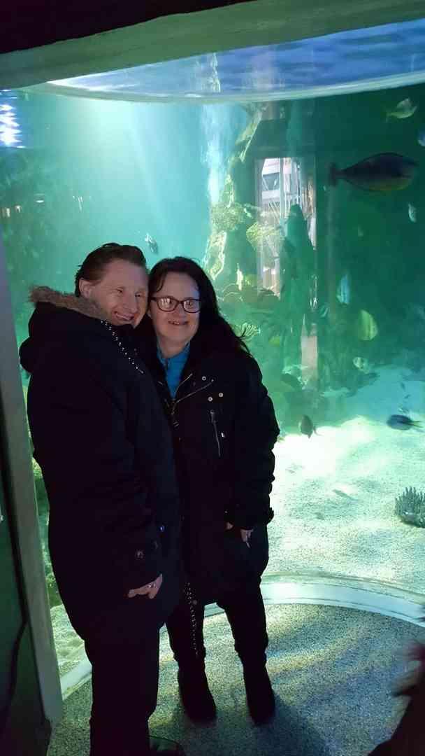 世間の批判を乗り越えて結ばれたダウン症カップル、結婚22周年を祝う(英)