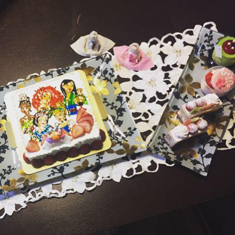 安藤美姫、豪華ひな飾りで娘の節句祝う プレートには自身の名前