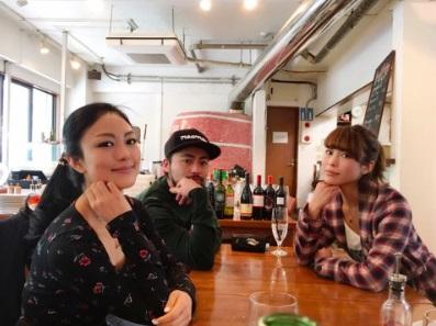 山田孝之 二人の姉との3ショット公開され「美男美女」と称賛 - Ameba News [アメーバニュース]