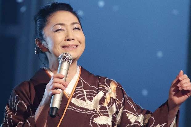 NHK「うたコン」の生放送中に出演者がスモークまみれになるハプニング