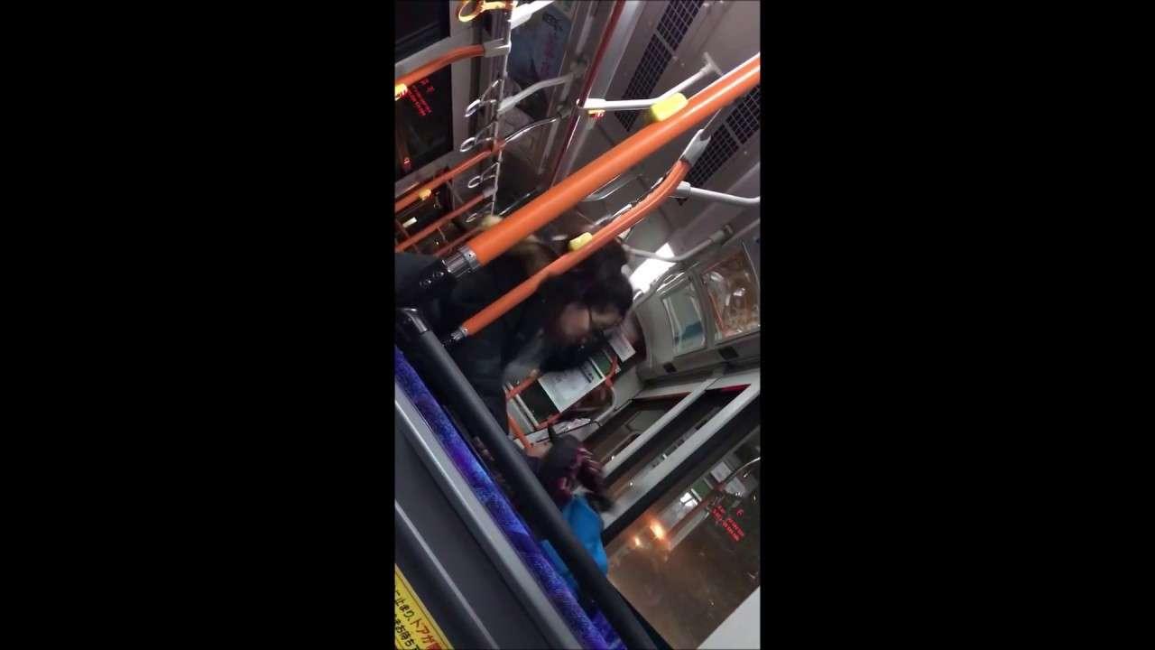【閲覧注意】バスでガキにおばさんと言われたババア、子供にガチ暴行【続報あり】 - YouTube