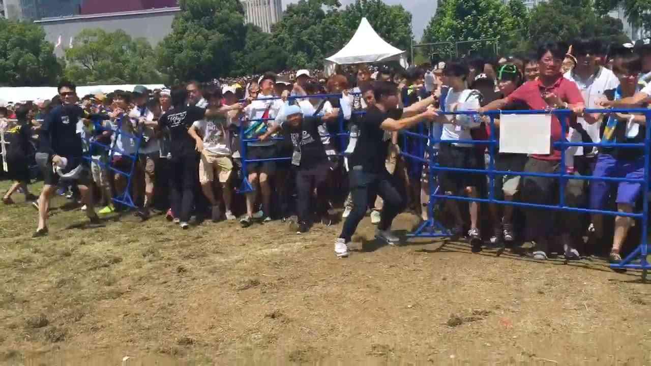 【衝撃映像】 欅坂46 ファンが殺到し会場破壊 TIF2016 Keyakizaka46 Fans Stampede Accident TIF - YouTube