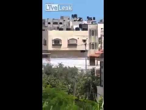 向かいの建物にミサイルが直撃し家が大破 - YouTube