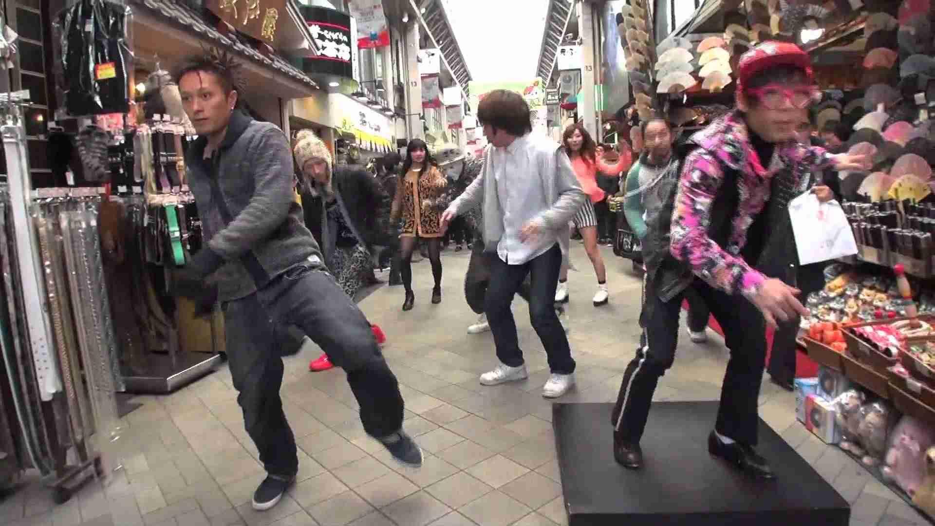 総勢230名によるTRFダンササイズ!浅草商店街編《フラッシュモブ動画》 - YouTube