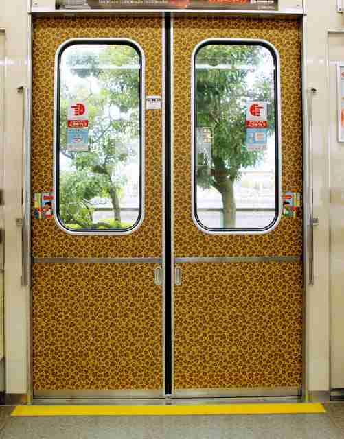 大阪は地下鉄もヒョウ柄? 扉の模様にSNSざわつく