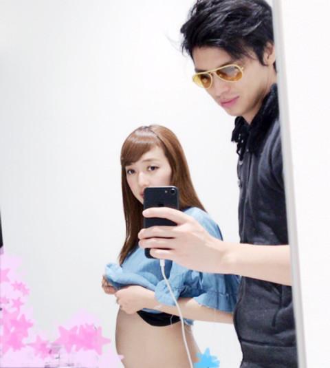 アレクサンダー、妻・川崎希の妊娠6カ月お腹を公開「恥ずかしい…」